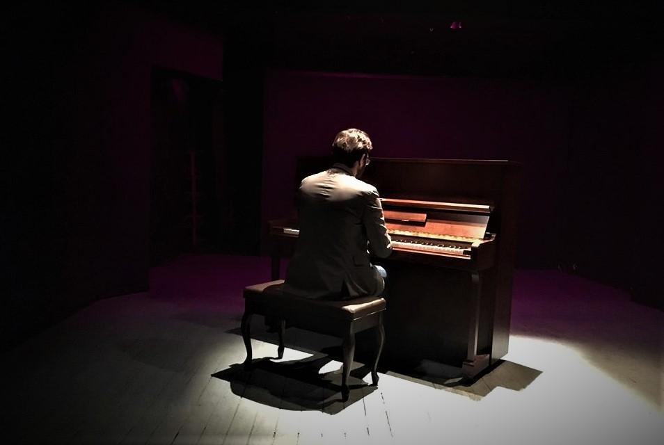 piano player greece